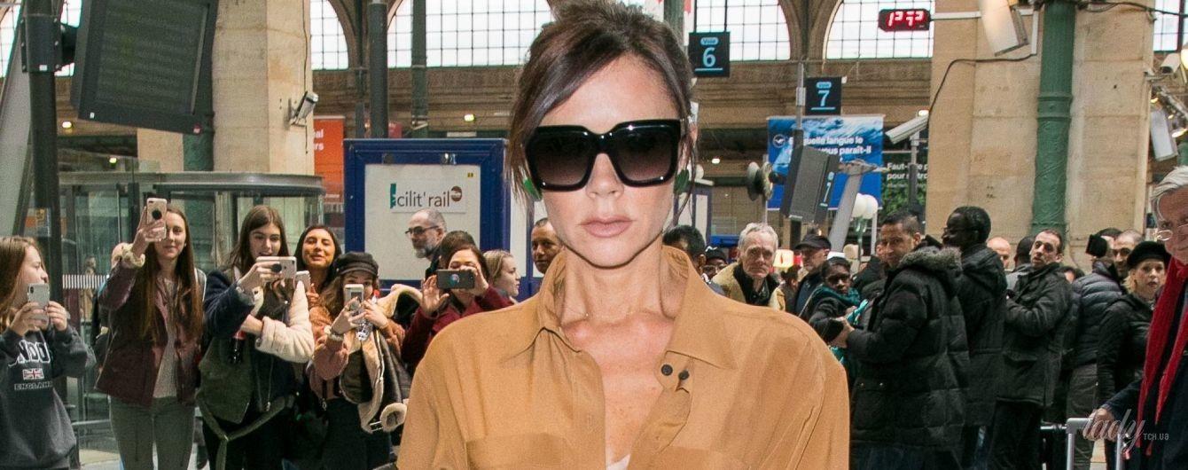 В горчичном платье и сапогах на каблуках: стильная Виктория Бекхэм в объективах папарацци