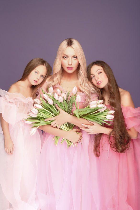 Оля Полякова с мамой и дочками_1