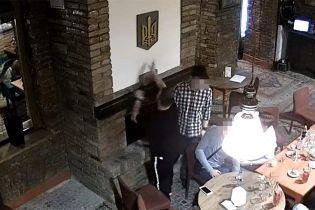 З України видворили польського студента, який публічно спалив тризуб
