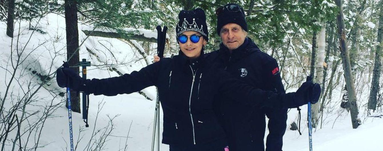 Счастливы вместе: Кэтрин Зета-Джонс и Майкл Дуглас устроили пробежку на лыжах