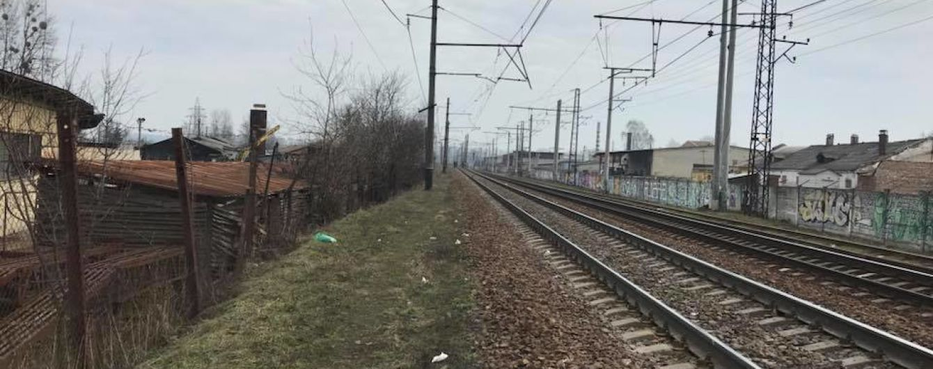 На Львовщине водитель автобуса въехал в ограждение путей и перекрыл их