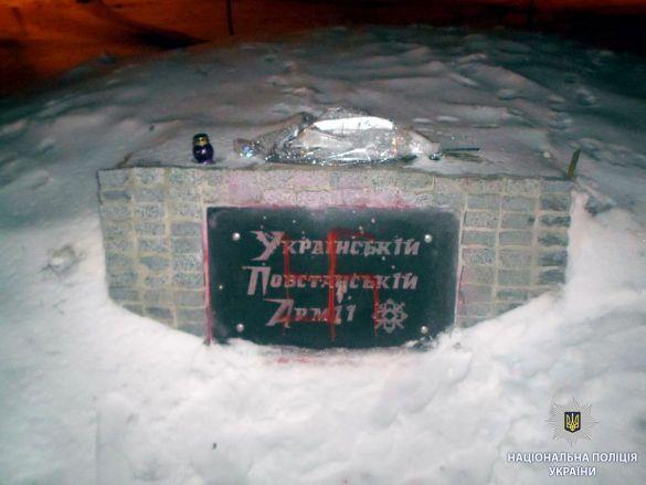 обмалювали памятник УПА