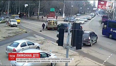 """На одеському перехресті """"ГАЗель"""" з цитрусовими зіткнулася з мінівеном"""