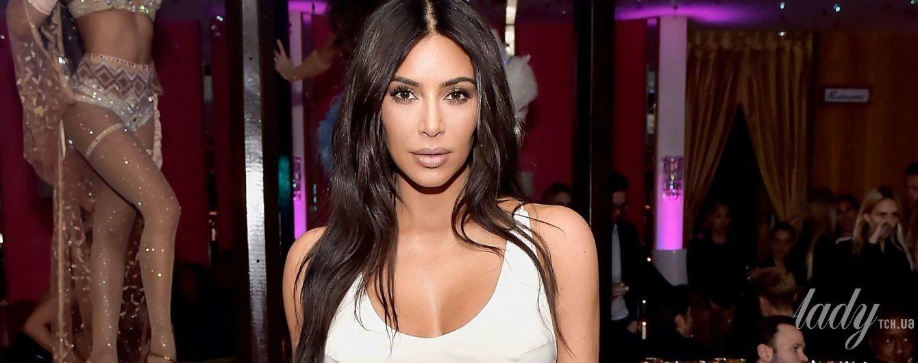 В обтягивающем платье и с новой прической: Ким Кардашьян на вечеринке