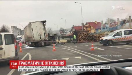Біля Львова зіткнулись дві фури, є постраждалі