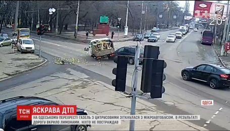 В Одессе во время ДТП с фуры на дорогу высыпались лимоны