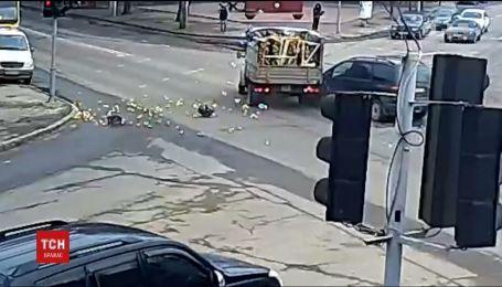 В Одесі на перехресті сталася ДТП, через яку дорогу вкрило лимонами