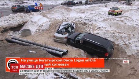У котлован на будівництві нової кільцевої дороги влетіли одразу дві автівки