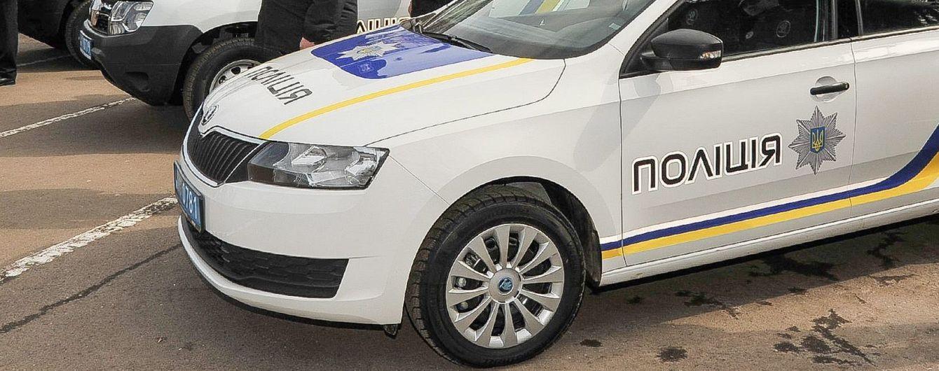 Харківських патрульних, які знущались над безхатьком, звільнили з поліції