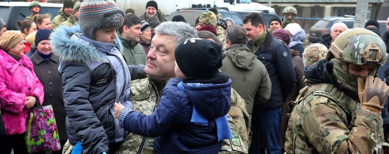 Порошенко посетил военных в освобожденной от террористов Катериновке