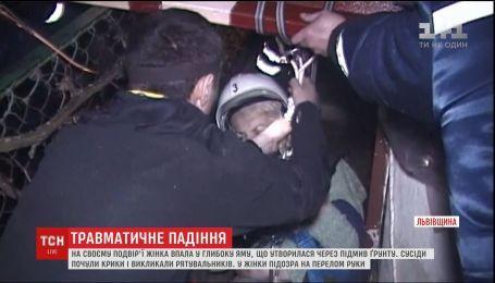 В частном дворе во Львовской области женщина провалилась в 4-метровую яму