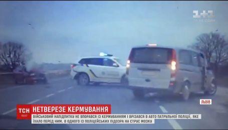 Біля Львова нетверезий військовий в'їхав у машину копів
