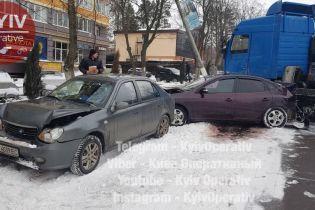 Некерована фура у Вишгороді потрощила припарковані автівки