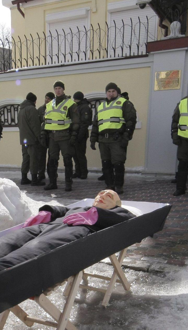 Гроб с Путиным и разрисованные авто: как в Украине блокируют выборы президента РФ
