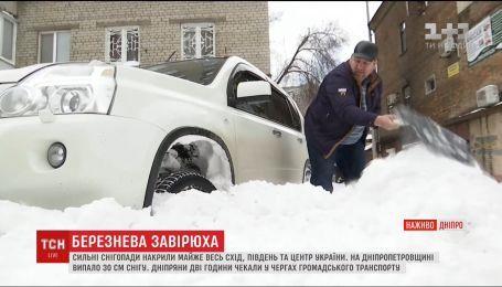 Снегопад стал причиной транспортного коллапса в Днепре