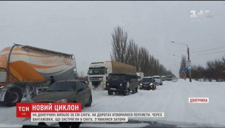 Через снігопад на Донеччині утворилися кілометрові затори