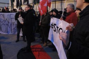 Польський депутат потоптався по прапору УПА і спалив портрети Шухевича та Бандери