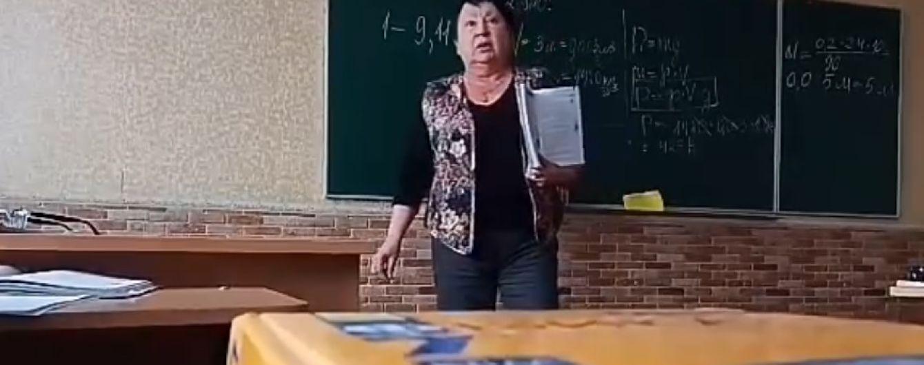 """""""Ты - с*ка! Ты - тварь! Животное ты! Г*вно вонючее"""". В Сеть выложили видео, как учительница ругает ученика"""