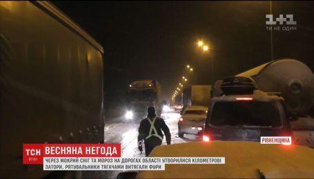 Мокрий сніг та мороз перетворили на ковзанку дороги на Рівненщині