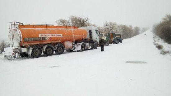 До Києва через снігопад та хуртовину заборонили в'їзд великогабаритного транспорту