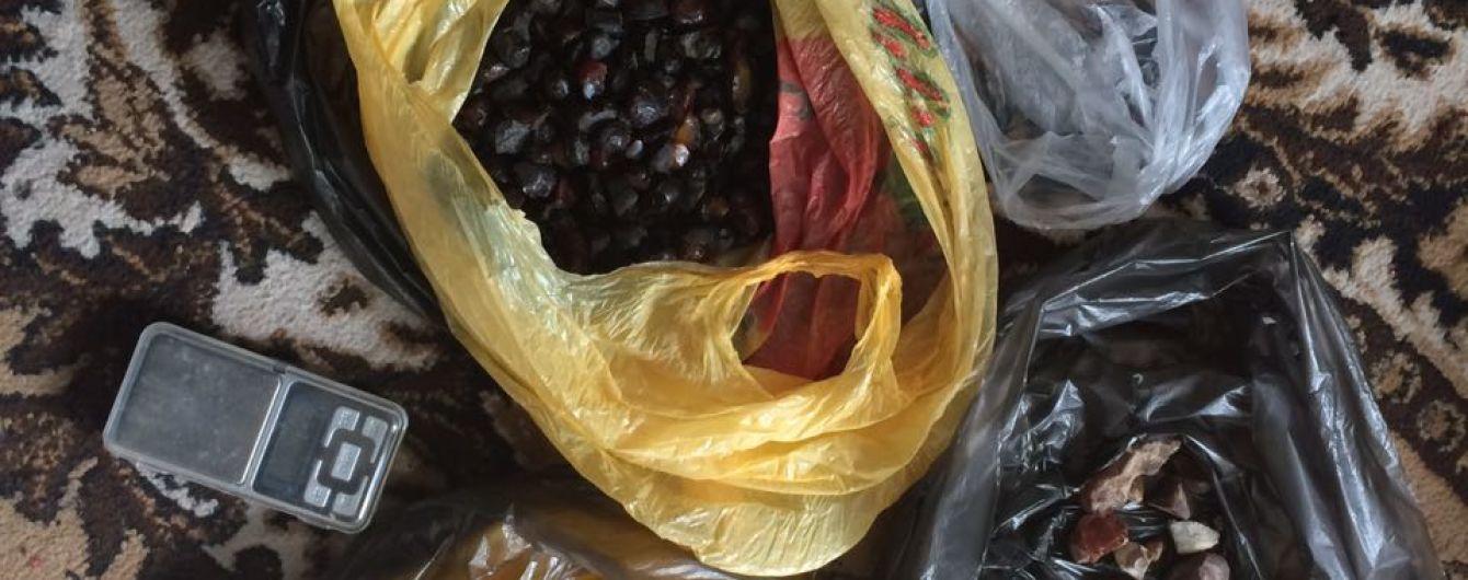 На Ровенщине активисты сняли на видео, как полиция игнорирует незаконную добычу янтаря