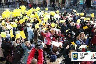 """У центрі Львова """"сонячних людей"""" підтримали жовтим вбранням і кольоровими шкарпетками"""