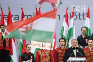 Несмотря на масштабный скандал Венгрия все еще торжественно раздает паспорта закарпатским украинцам