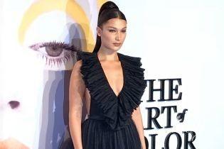 С обнаженной спиной и глубоким декольте: Белла Хадид в новом образе блистала на выставке Dior