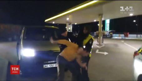 В Сети появилось видео конфликта между водителем и копом на волынский заправке