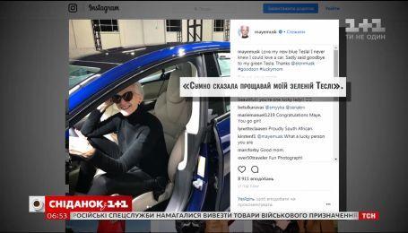 Илон Маск подарил матери новый электромобиль