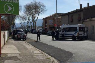 Полиция застрелила террориста, который удерживал заложников в магазине во Франции