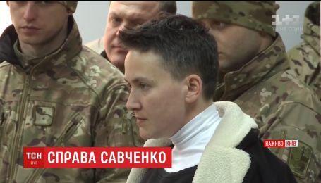 Шевченковский суд под усиленной охраной избирает меру пресечения Савченко