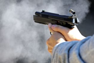 Поблизу кафе у Дніпрі підстрелили людину