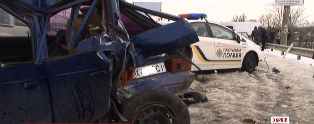 На кольцевой дороге Харькова грузовик протаранил микроавтобус и четыре легковых авто