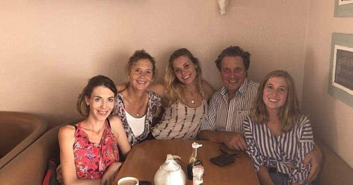 Еррол Маск зі своєю колишньою дружиною Хейдою, своєю пасербицею Яною (крайня справа), та їхніми двома спільними доньками.