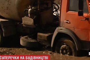 """Под Киевом активисты """"утопили"""" в грязи бетономешалку с конфликтного строительства"""