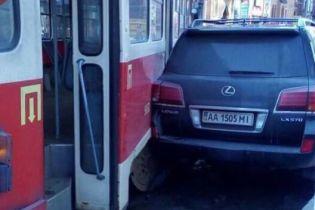 В Киеве трамвай сошел с рельсов и врезался в припаркованный Lexus