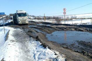 Метрові калюжі і місиво з бруду. На Миколаївщині перекрили трасу і вимагають ремонту дороги