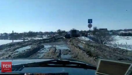 Жители Николаевщины перекрыли дорогу к Кропивницкому, требуя ее ремонта