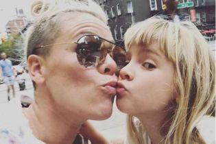 Шестилетняя дочка певицы Пинк стала бьюти-блогером