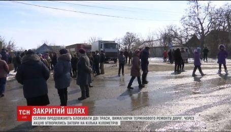 На Миколаївщині утворилися кількакілометрові затори на двох трасах через страйк селян