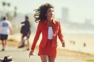 В яркой мини-юбке и на шпильках: эффектный образ Синди Кроуфорд