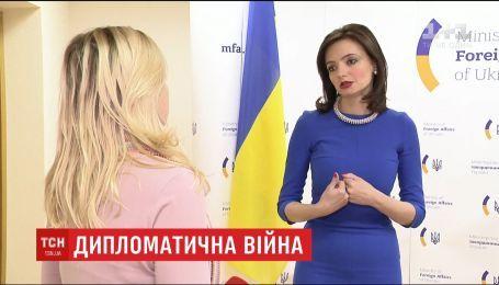Украина высылает российских дипломатов, которых называют работниками спецслужб РФ