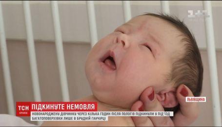 На Львовщине мать покинула младенца в подъезде жилого дома