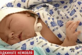 """""""Вистачить на рік"""": на Львівщині люди завалили малюка-знайду доброчинною допомогою"""
