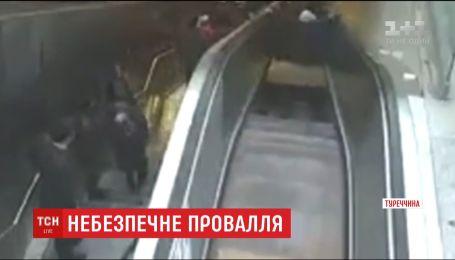 В Сети появилось видео, как мужчина провалился под эскалатор в стамбульском метро
