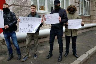 Автомобілем, літаком, потягом. Російські дипломати покинули територію України