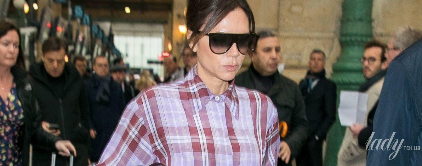 В клетчатом макси-платье и любимых сапогах: Виктория Бекхэм приехала в Париж