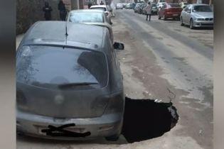 В Одессе посреди проезжей части образовался четырехметровый провал