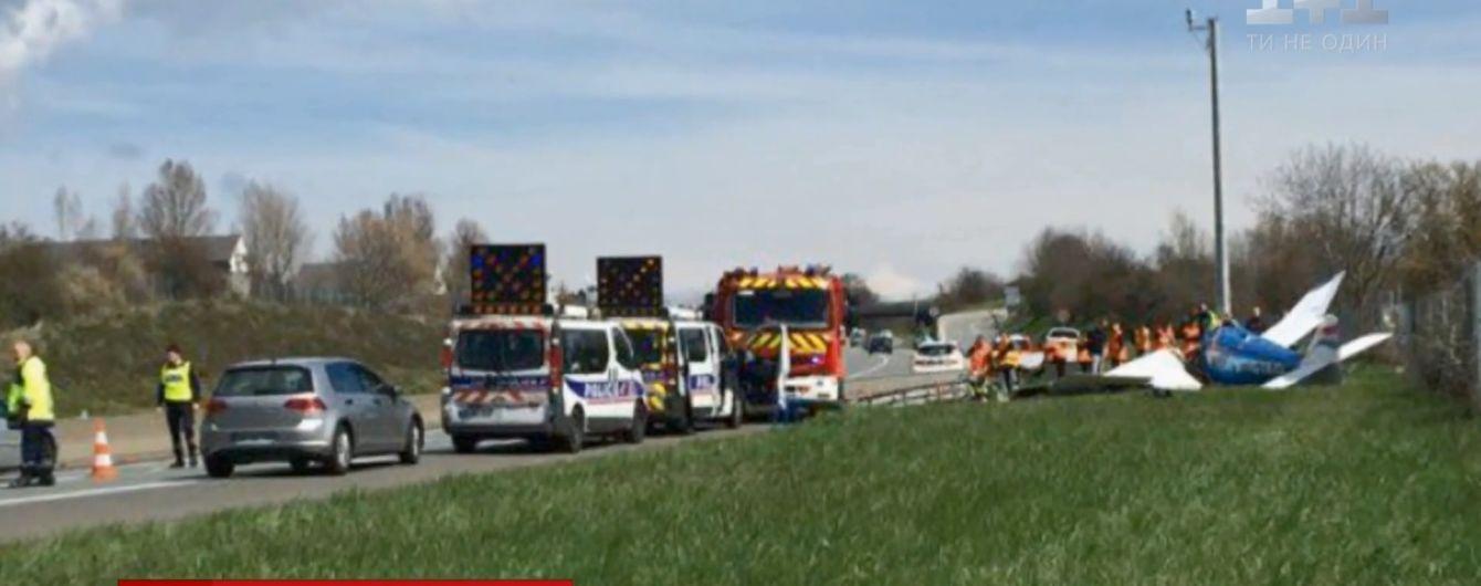 У Франції на автомобільне шосе впав літак